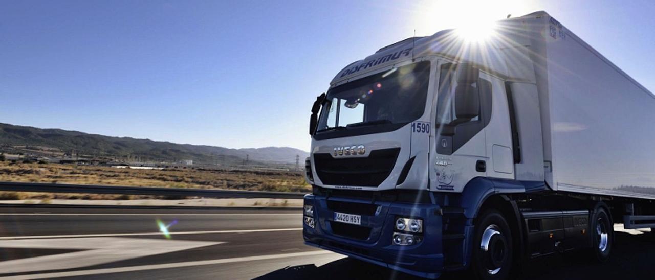 Uno de los camiones de la compañía Disfrimur, circulando por una vía.   INFORMACIÓN