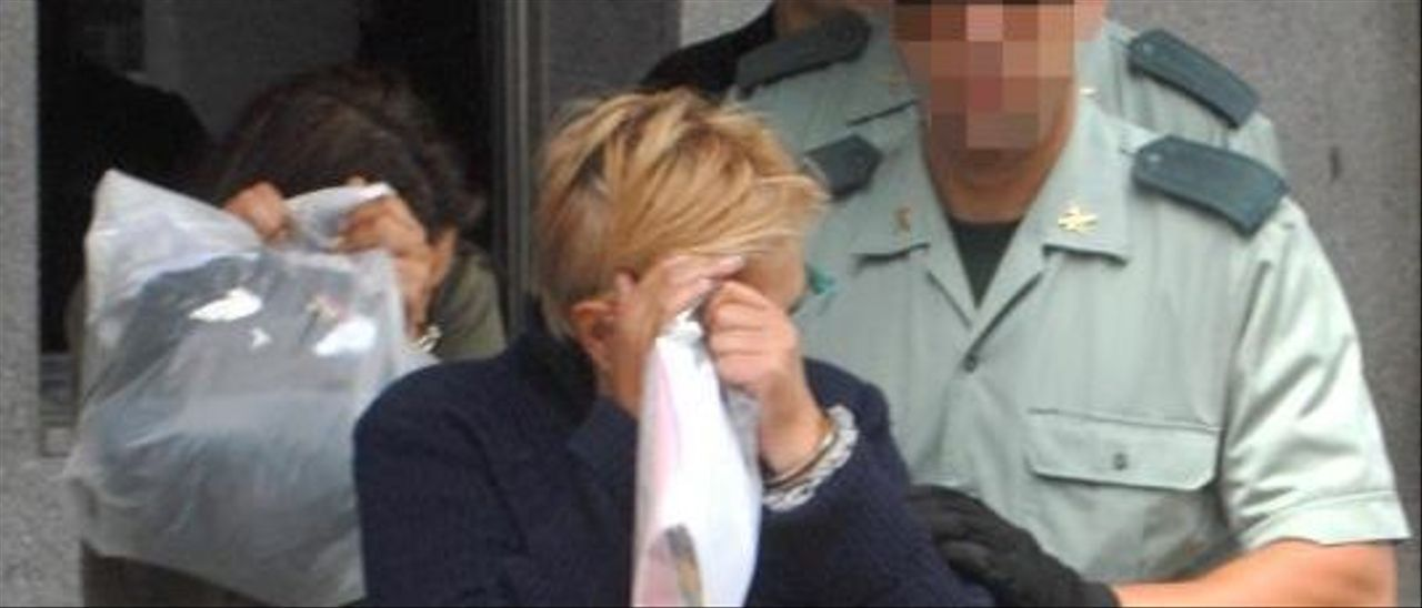 Teresa Charlín Pomares y su sobrina Natalia Somoza Charlín, camino de prisión en 2010 .