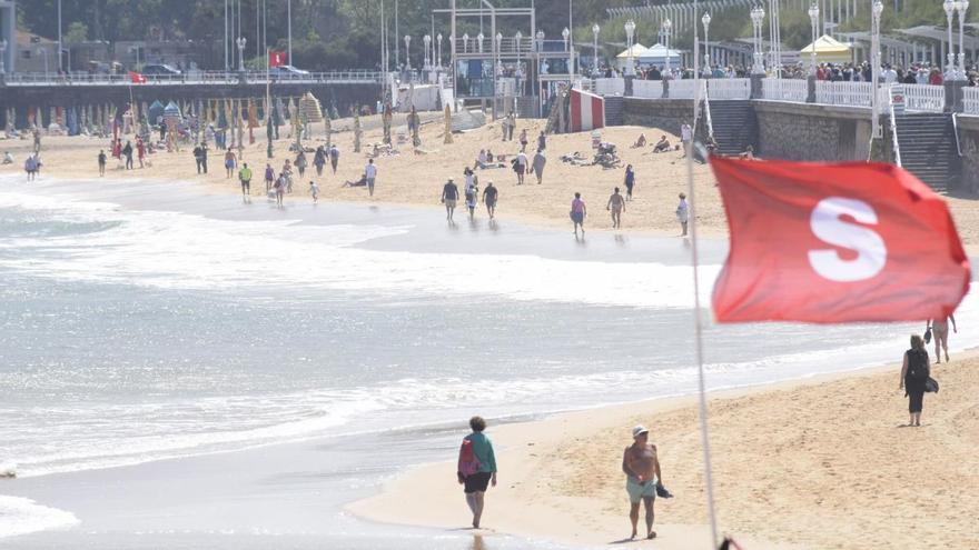 El Ayuntamiento cierra parcialmente la playa de San Lorenzo por alivios de aguas fecales