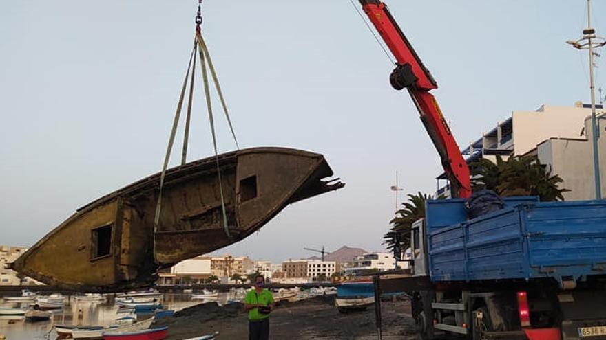 El Ayuntamiento retira un barquillo hundido y abandonado en el fondo del Charco de San Ginés