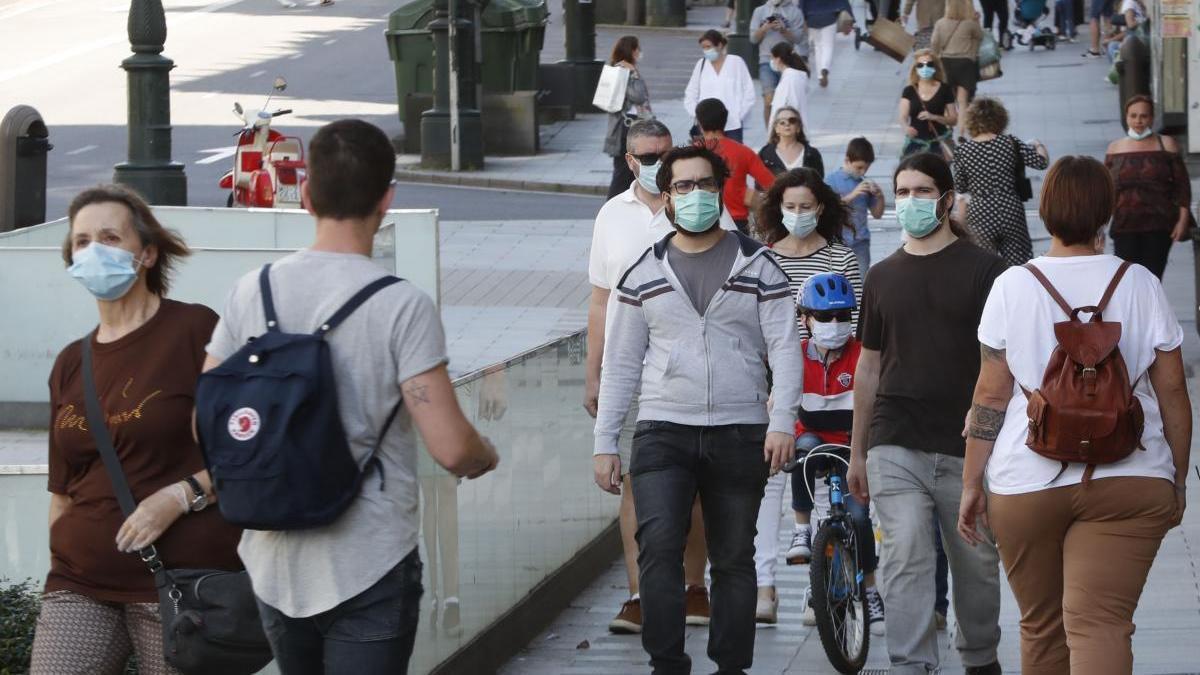 Gente paseando por el centro de la ciudad, haciendo uso de la mascarilla. // J. Lores