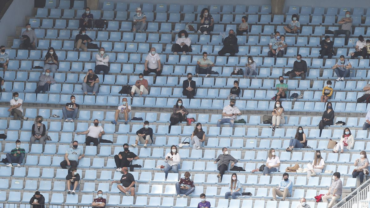 Aficionados en un partido del Celta B en Balaídos.