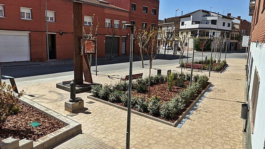 La plaça Calcinaia de Vilanova millora la zona enjardinada
