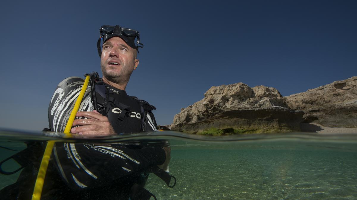 Meseguer revisa la calidad de agua marina en Qatar.