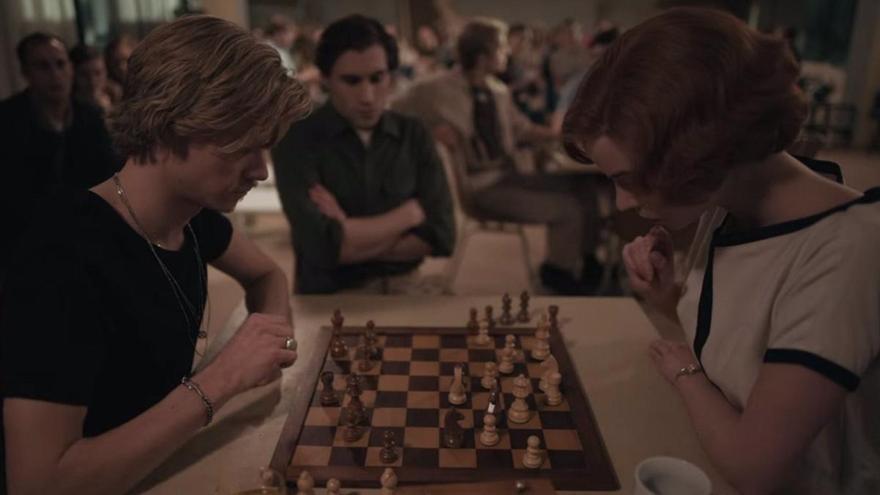 Un experto en ajedrez destapa cuatro grandes errores de 'Gambito de Dama'