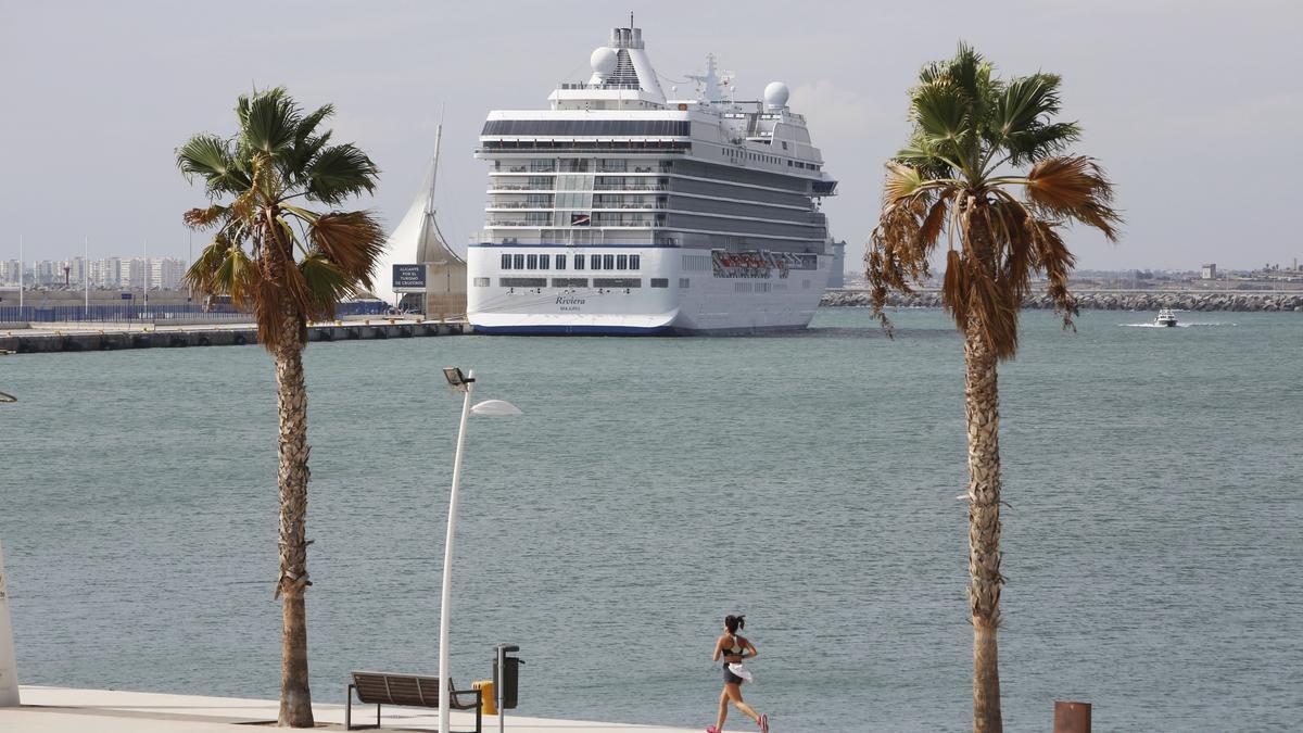 Un crucero de escala en el puerto de Alicante en 2019