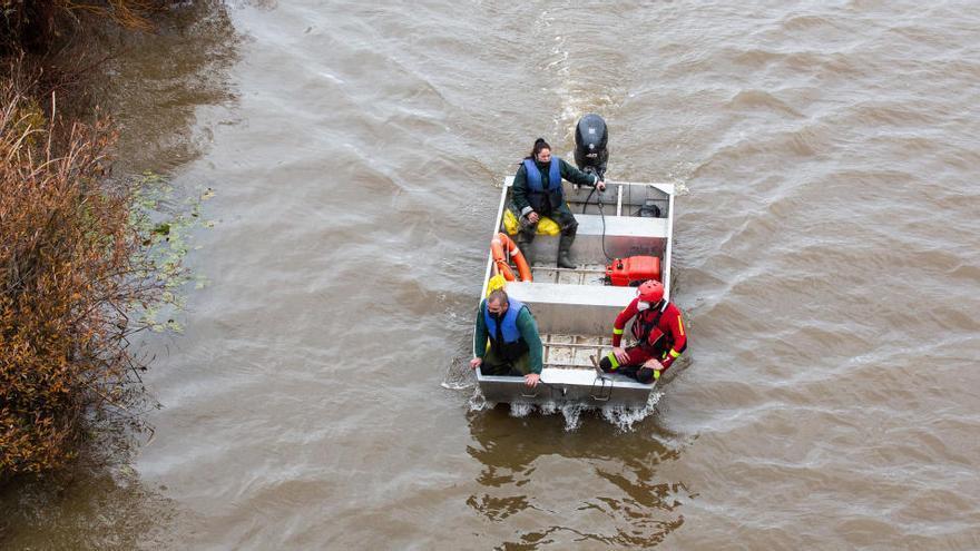 Hallan un tercer cadáver tras volcar una embarcación en el río Guadiana