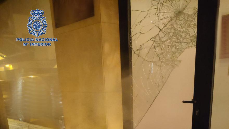 Rompe con un bolardo el cristal de una tienda de Ibiza para robar
