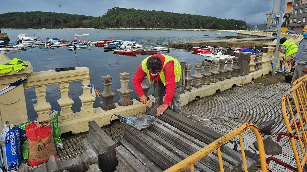 Los operarios comenzaron ayer las obras contratadas por Portos de Galicia para reparar la balaustrada de la fachada marítima.     // IÑAKI ABELLA