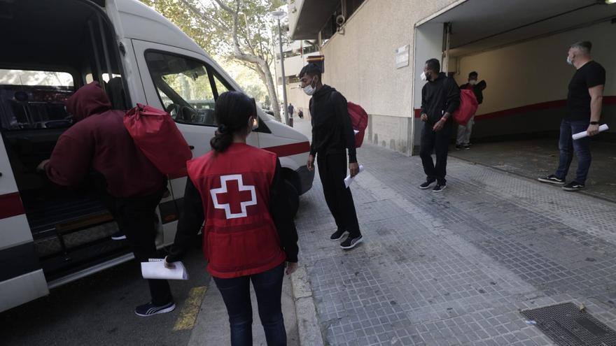 Trasladan a Barcelona los migrantes rescatados en Cabrera