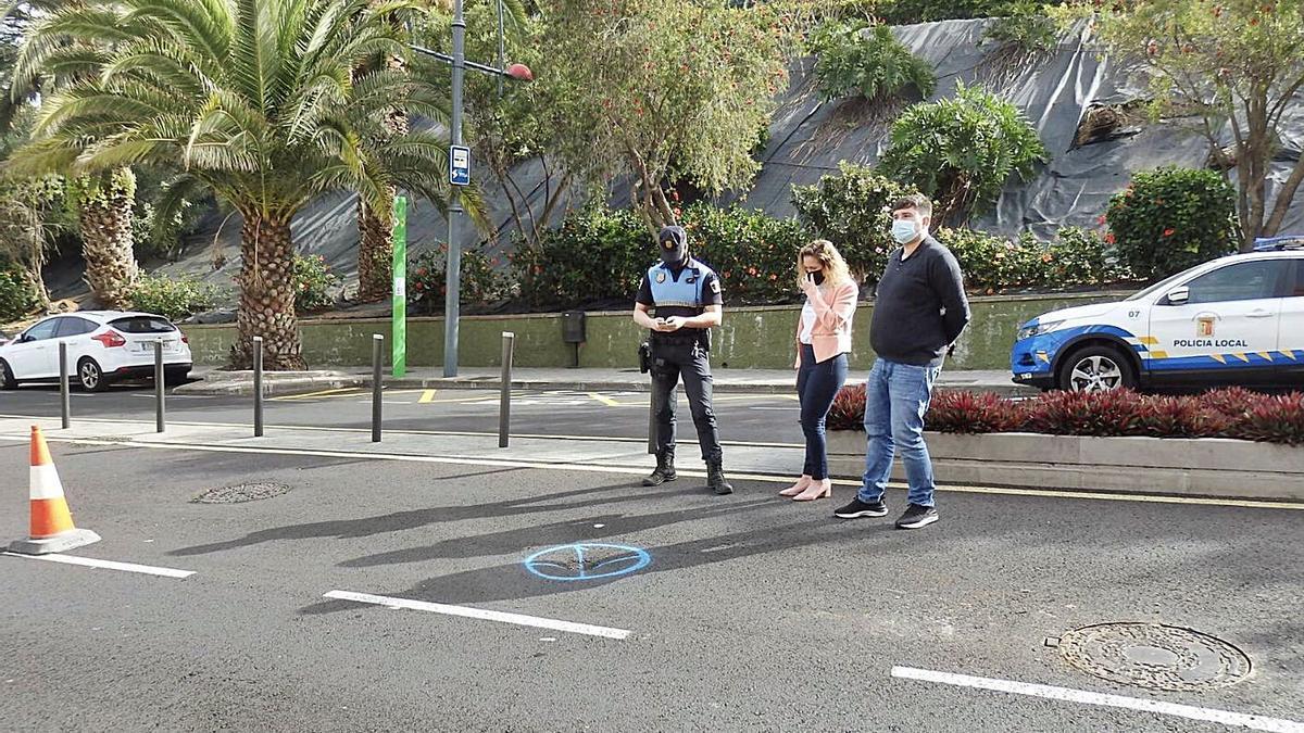 La pequeña deformidad del firme en un carril ascendente de la avenida de Canarias está señalizada y acotada.