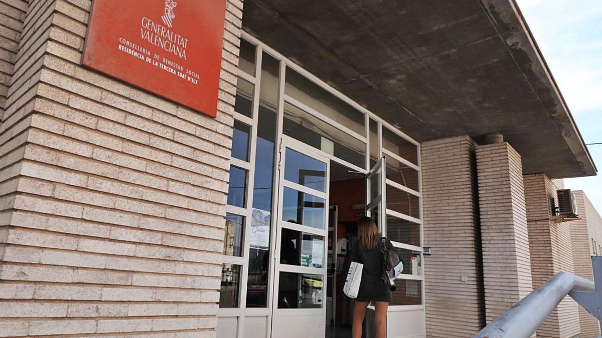Una mujer entrando en la Residencia de Mayores de Altabix, ayer. | ANTONIO AMORÓS