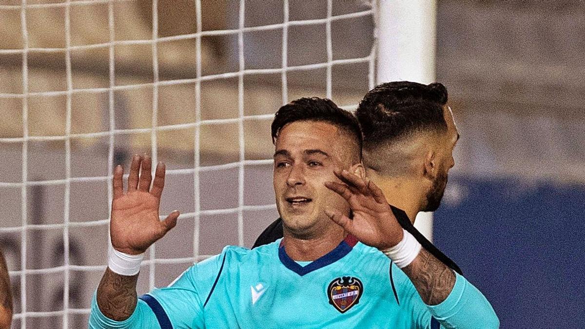 El jugador del Levante U.D Sergio León celebra su primer gol, anoche en Lorca. | EFE/MARCIAL GUILLÉN