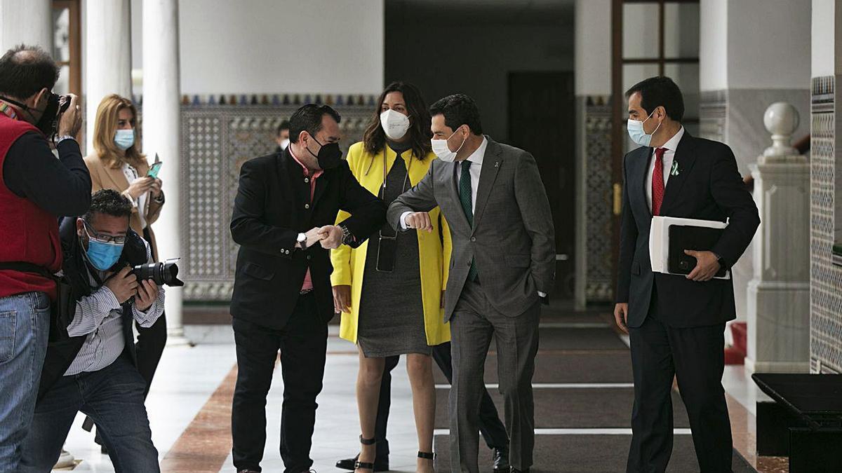 Juanma Moreno, ayer, a su llegada a la sesión del control en el Parlamento.