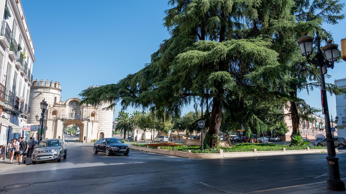 La plaza Reyes Católicos, donde se encuentra uno de los monumentos más emblemáticos de la ciudad, puerta de Palmas