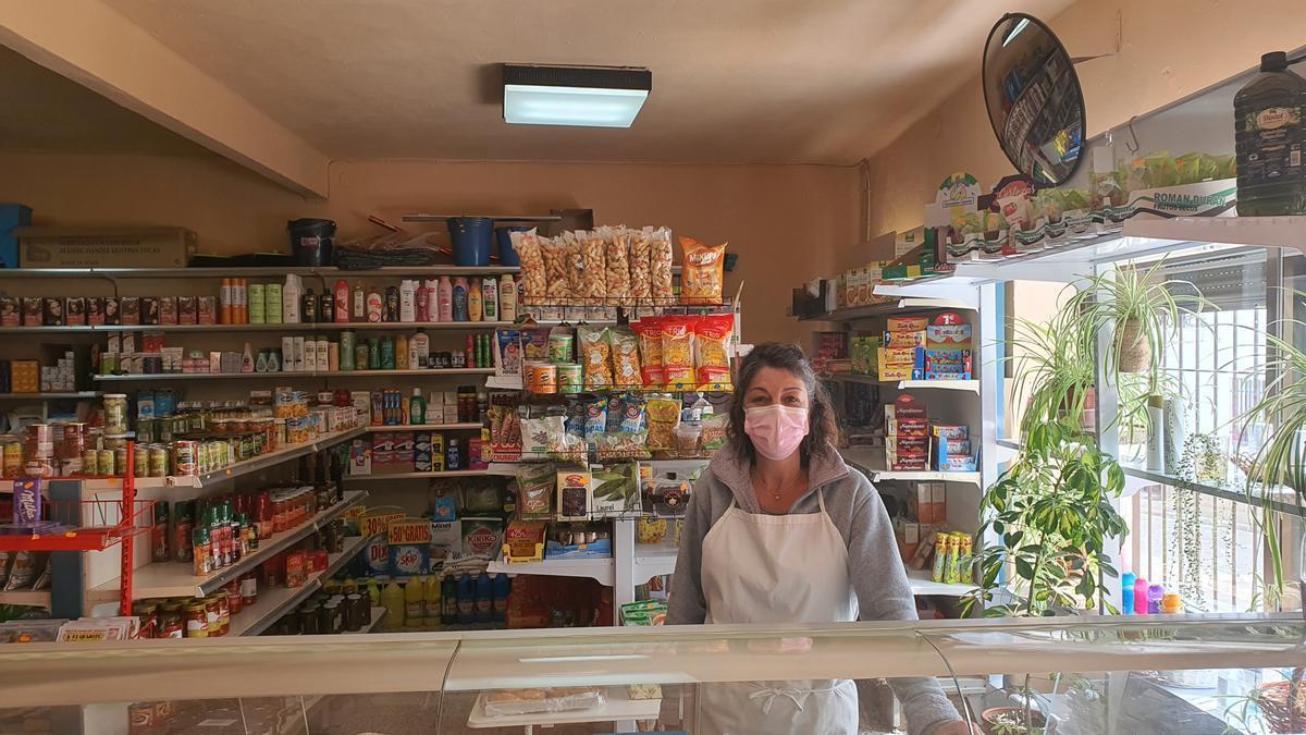 Trinidad Liberal posa en su tienda de Salorino.