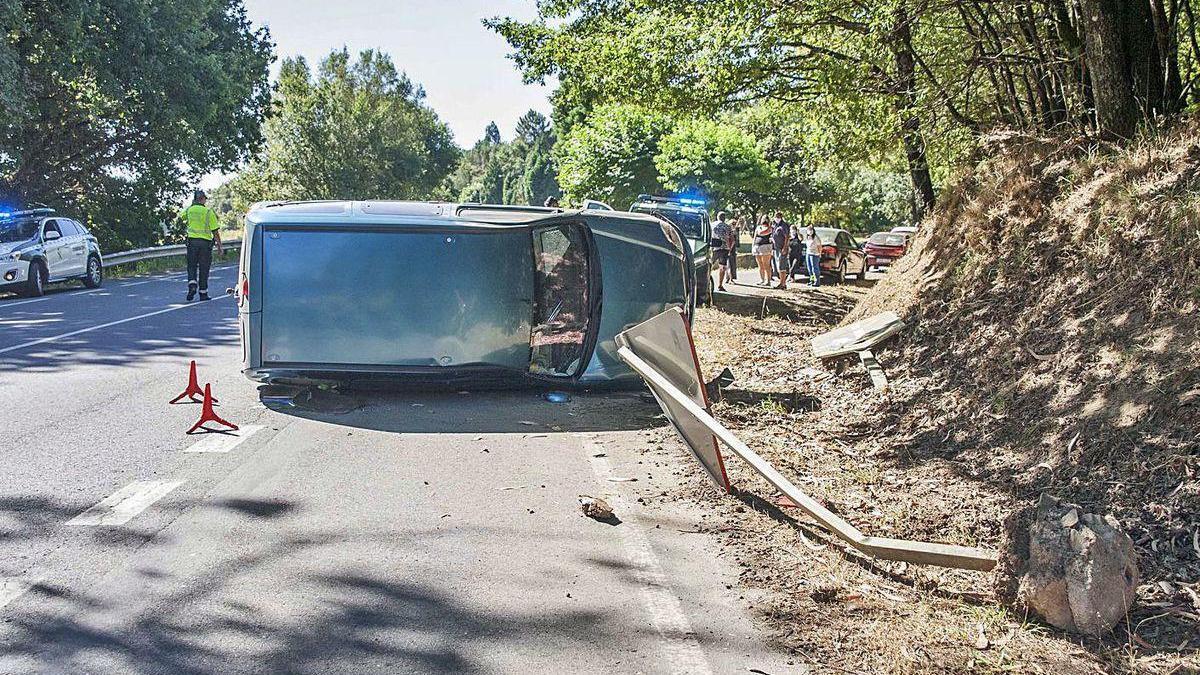 La furgoneta volcada sobre el carril de salida del polígono a la N-525.