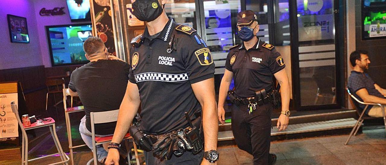 Uno de los controles nocturnos que la Policía Local ha realizado en las zonas de ocio del centro de Elche en las últimas semanas.
