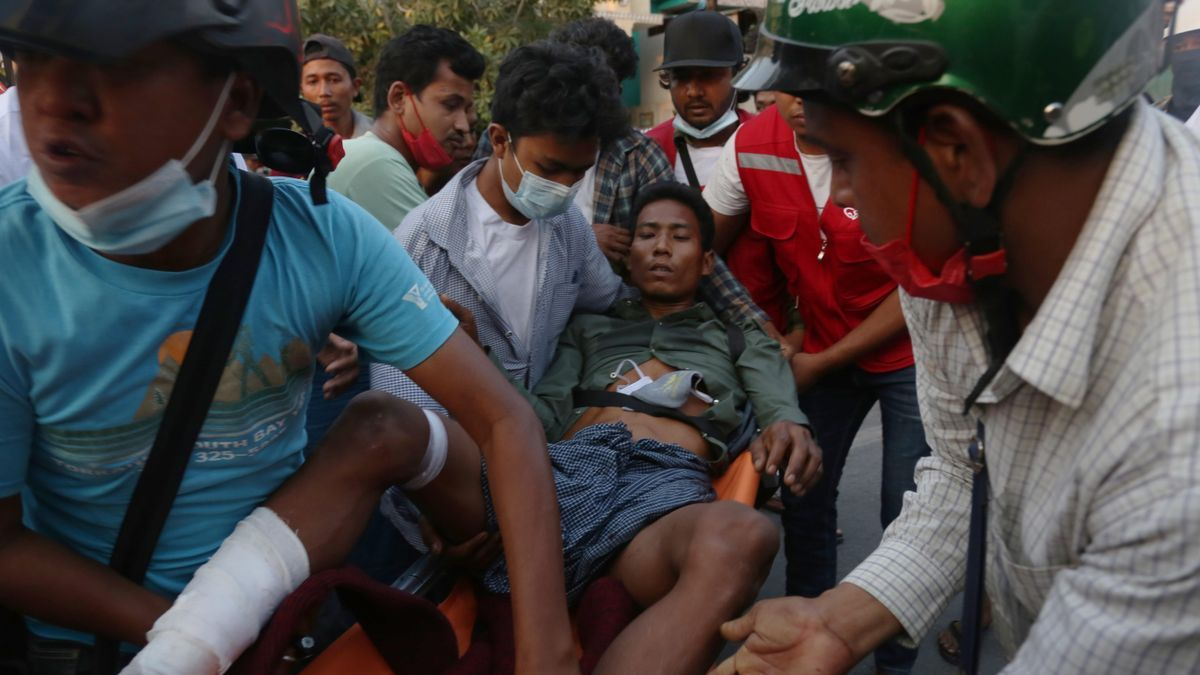 Un manifestante herido es trasladado por compañeros en Myanmar.