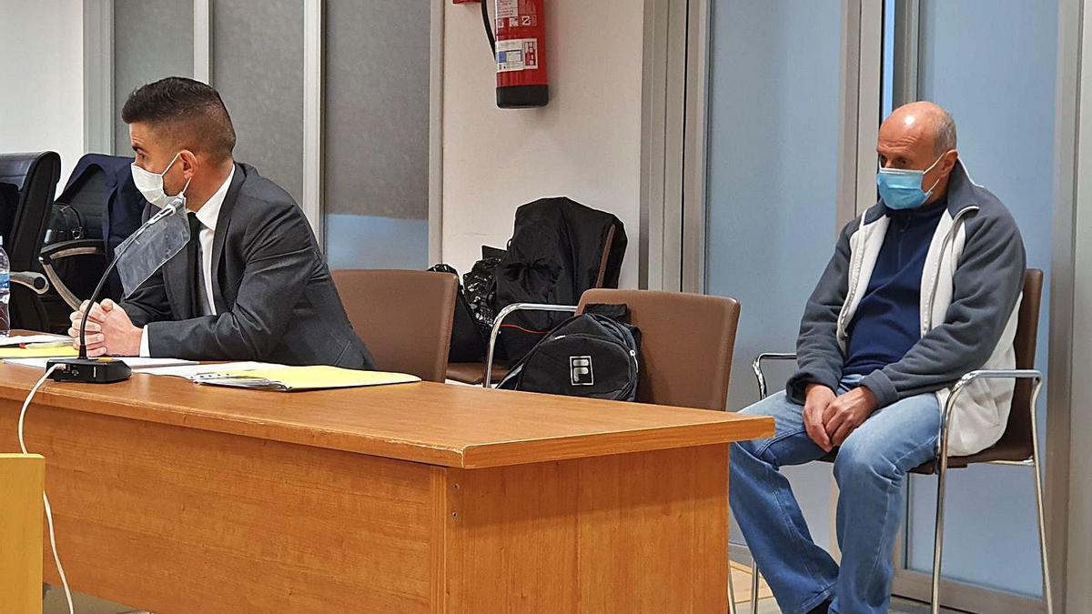 El abogado defensor, Roberto Sánchez, y el acusado de asesinar a su exmujer en Elche.