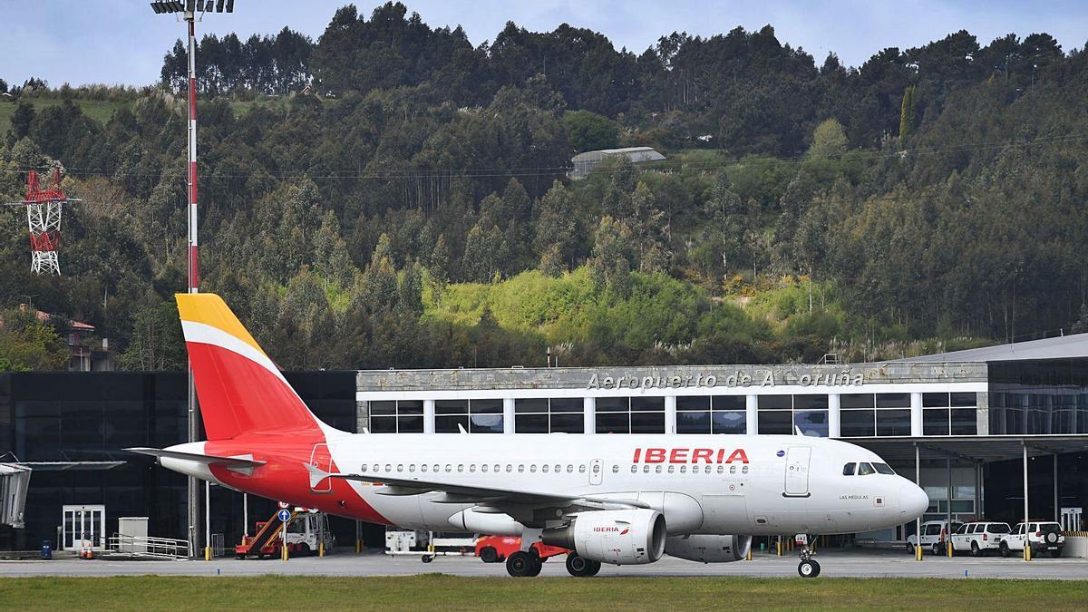 Un avión, en el aeropuerto de Alvedro.     // CARLOS PARDELLAS