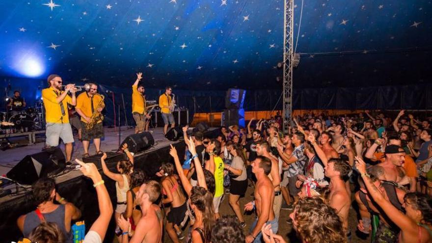 El recinto para festivales de la playa Tavernes empieza a dar sus primeros pasos