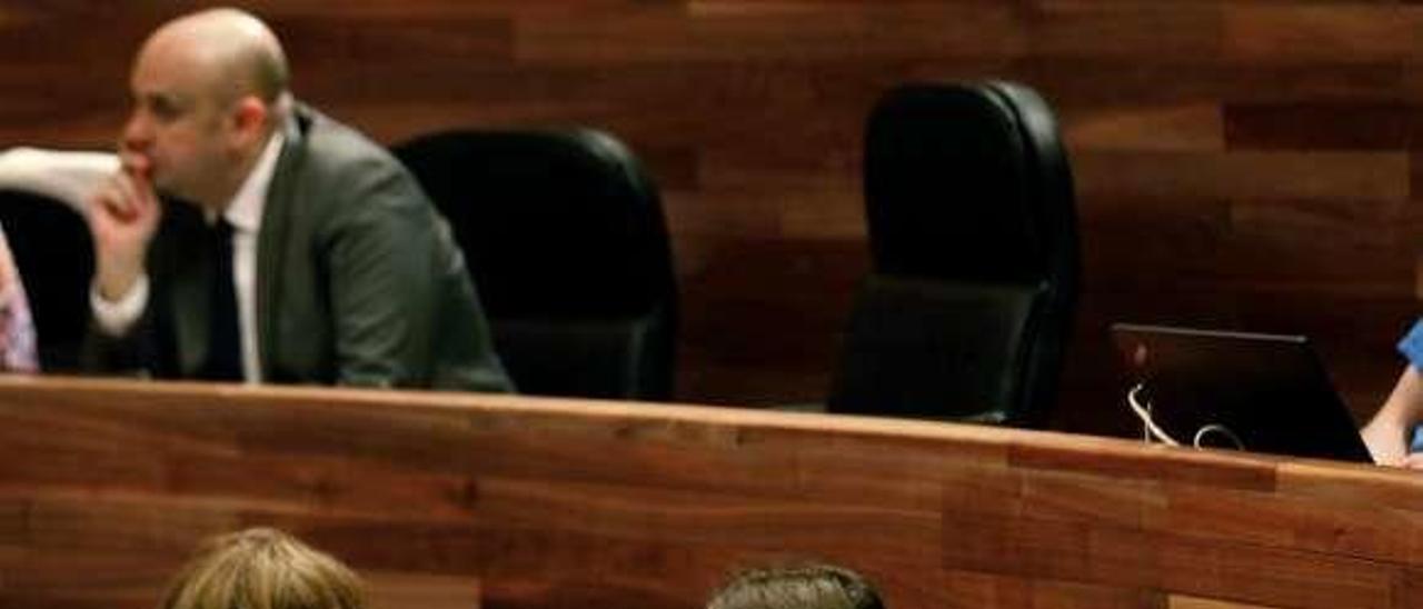 Daniel Ripa y Emilio León flanquean a Lucía Montejo, una de las diputadas del sector crítico con la dirección, durante un Pleno en la Junta.
