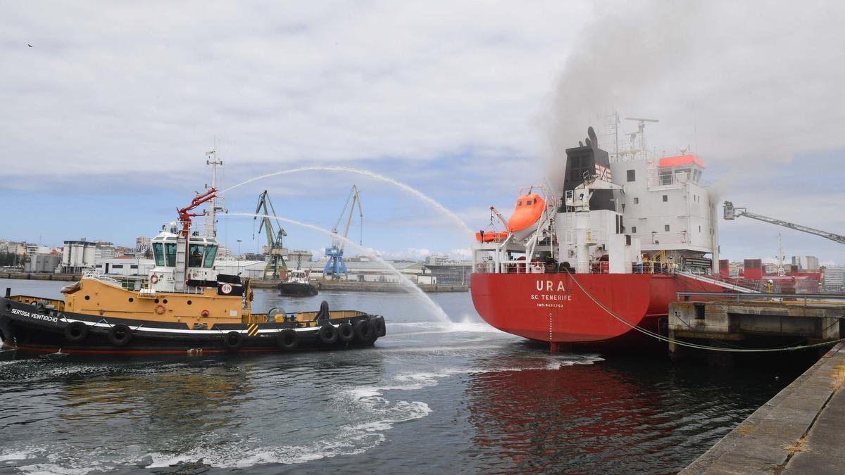 Incendio en un barco en el Puerto de A Coruña.