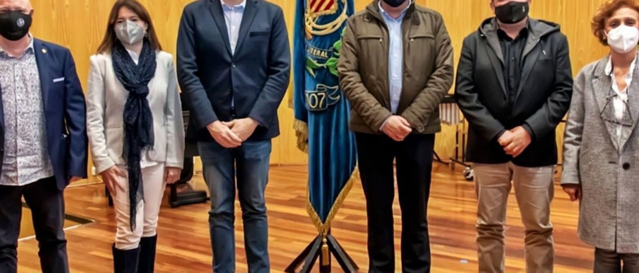 Enrique Sapiña, a la derecha del alcalde de Cullera, al tomar posesión en abril. | LEVANTE-EMV