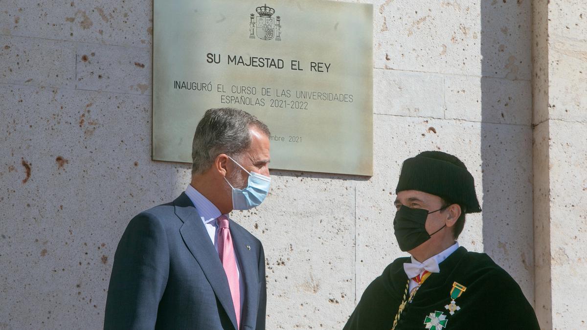El Rey de España, Felipe VI, con  el rector de la Universidad de Córdoba.