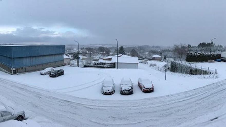 La nieve deja sin clase a 6.135 escolares gallegos y complica el tráfico en la mitad norte