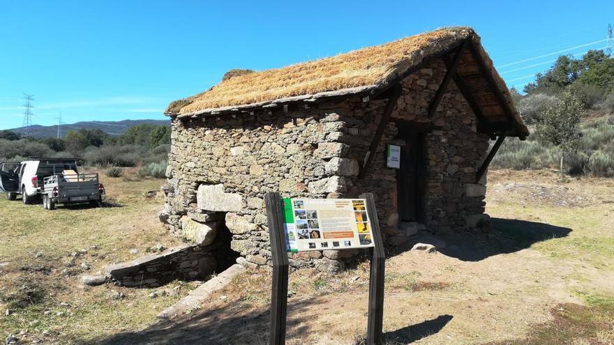 El molino con tejado de cuelmo de San Miguel de Lomba, restaurado