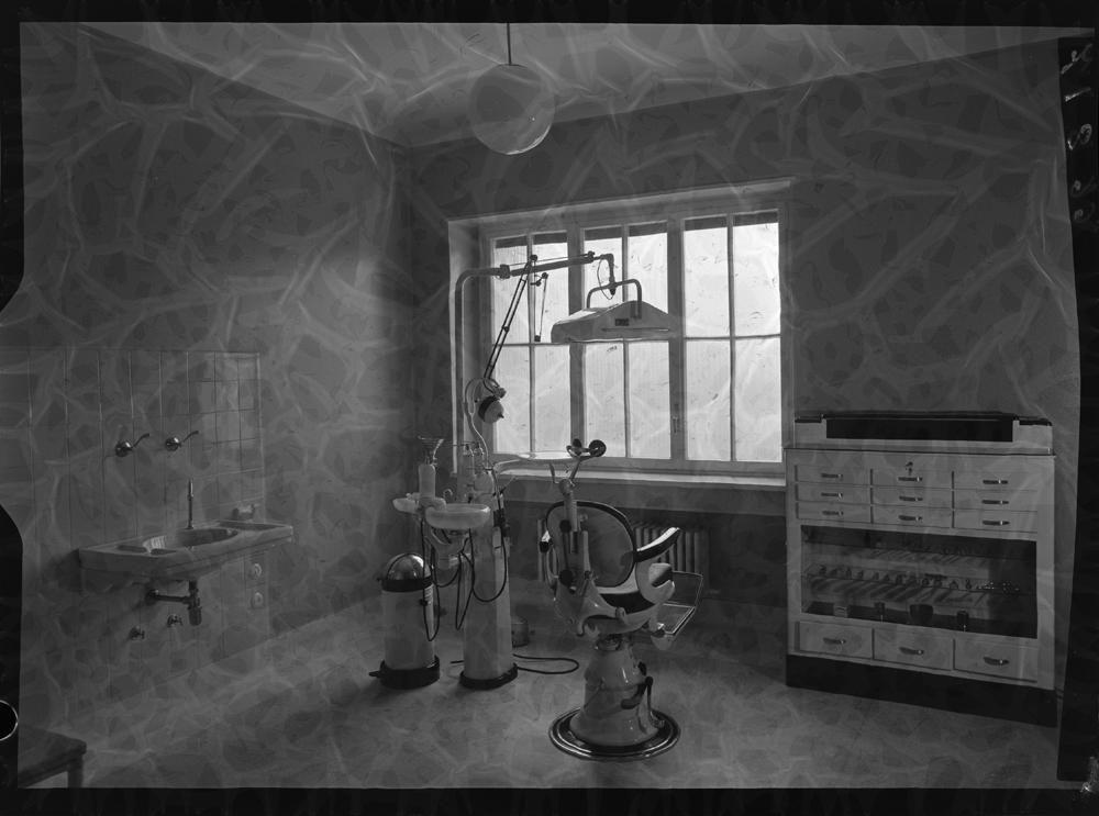 Sala de odontolog�a con silla y dem�s instrumental.jpg