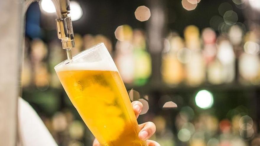 Una menor de 14 anys, atesa per un coma etílic després de beure amb la seva mare en un bar