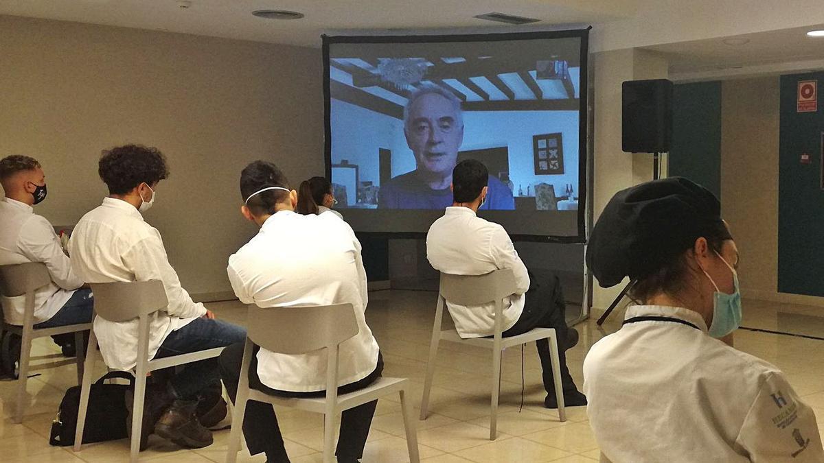 Alunnos de Cocina y Servicio del Hotel Escuela Santa Brígida siguiendo las explicaciones del chef Ferrá Adriá, ayer..     LP/DLP