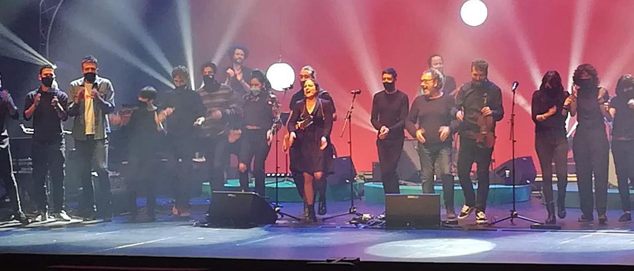 Minuto final de los cantantes que participaron el sábado en el concierto homenaje a los 25 años de las «vacaciones» de Ovidi Montllor en el Principal. | LEVANTE-EMV
