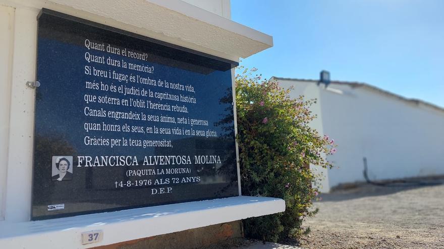 Canals coloca la lápida de Paquita  la «Moruna» en  el cementerio