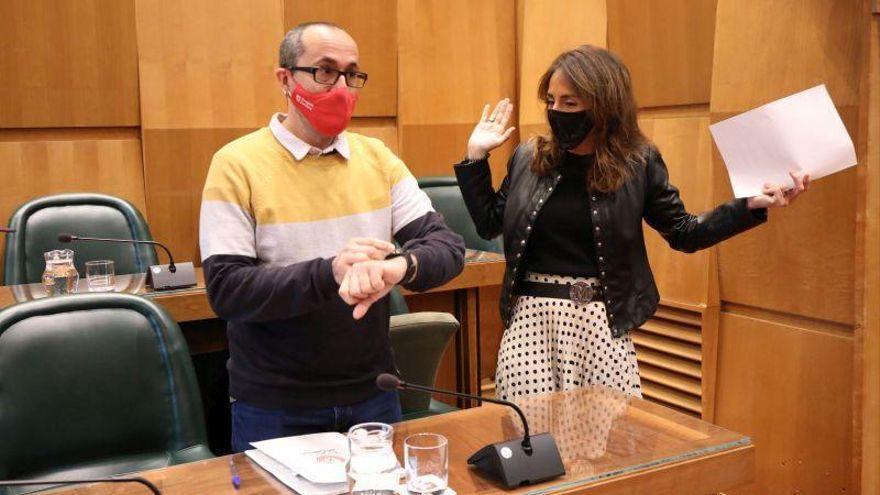El iPhone de Navarro (PP) y una docena de churros encienden el debate en el Ayuntamiento de Zaragoza