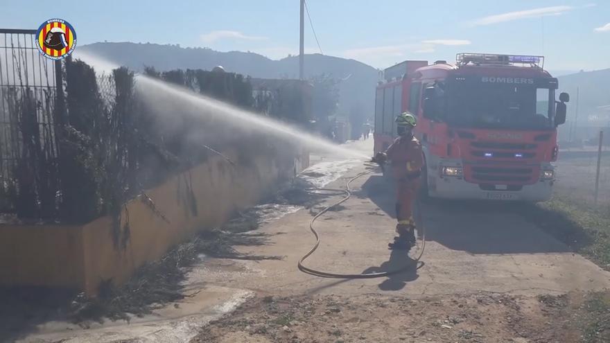 El fuego obliga a evacuar una decena de chalés en una urbanización de Alfarp