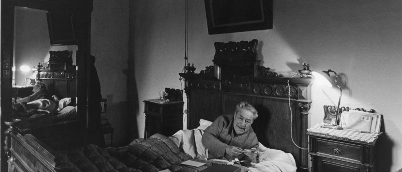"""Pla liando un pitillo en la habitación de su madre, en el """"mas"""" de Llofriu."""