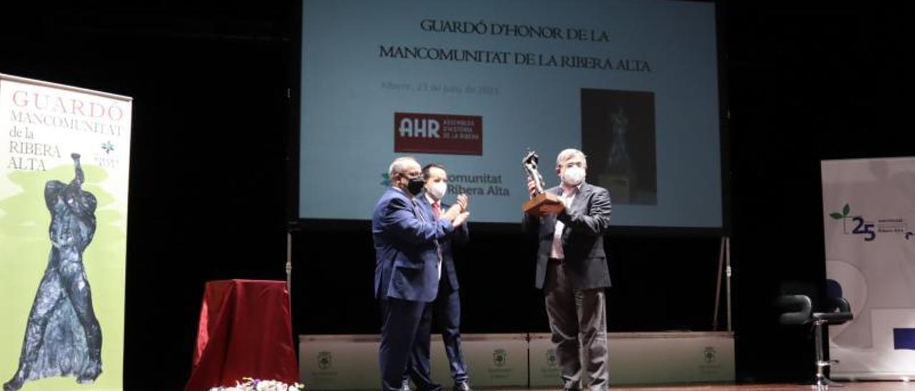 Momento en el que Antoni Furió recibe el galardón de la Mancomunitat. | LEVANTE-EMV
