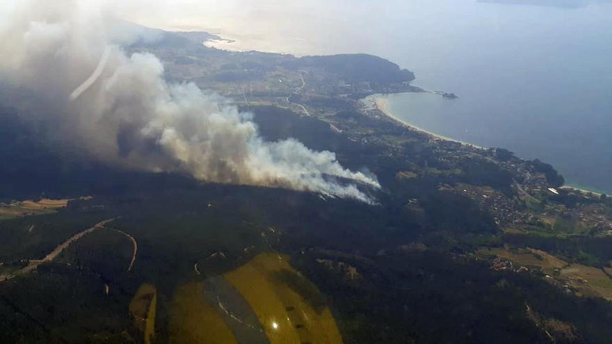 Alerta por un incendio que amenaza casas en Porto do Son y ya quemó 30 hectáreas
