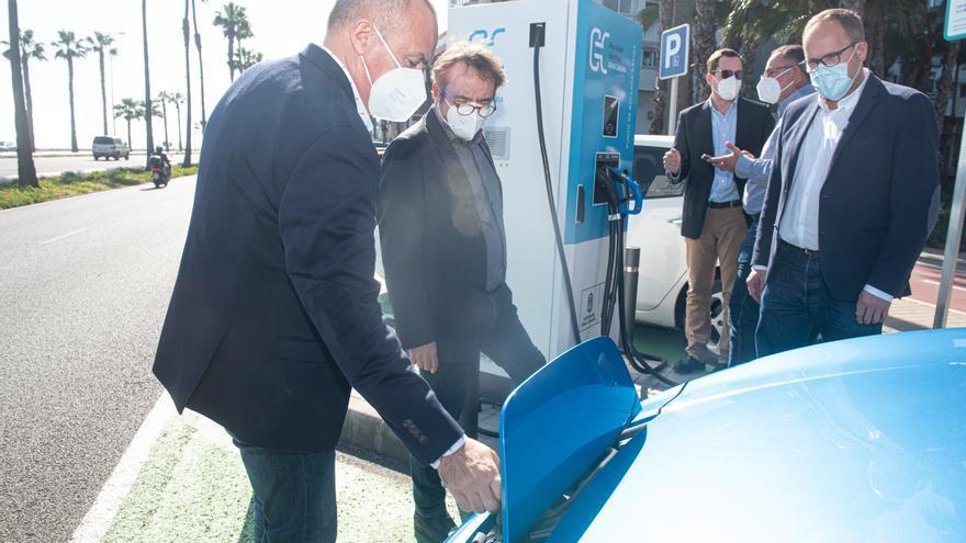 El Cabildo instala un punto de recarga rápida para vehículos eléctricos en la Avenida Marítima