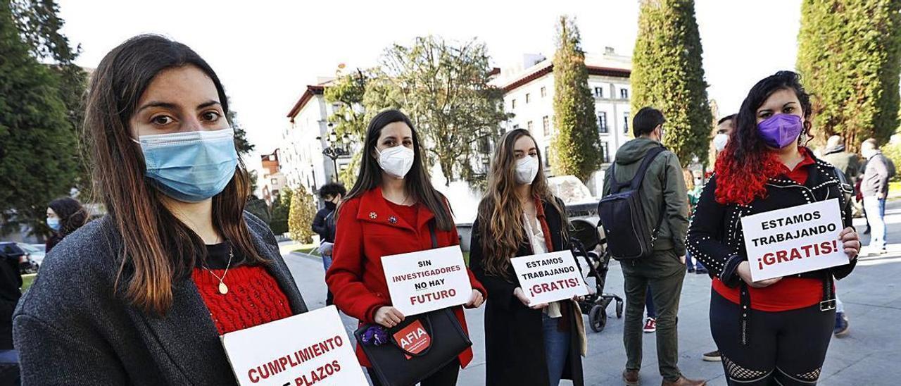 Por la izquierda, las jóvenes investigadoras Sara Fernández, Pilar Lumbreras, Celia Galve y Judith Muñiz, en la plaza de España de Oviedo. | Luisma Murias