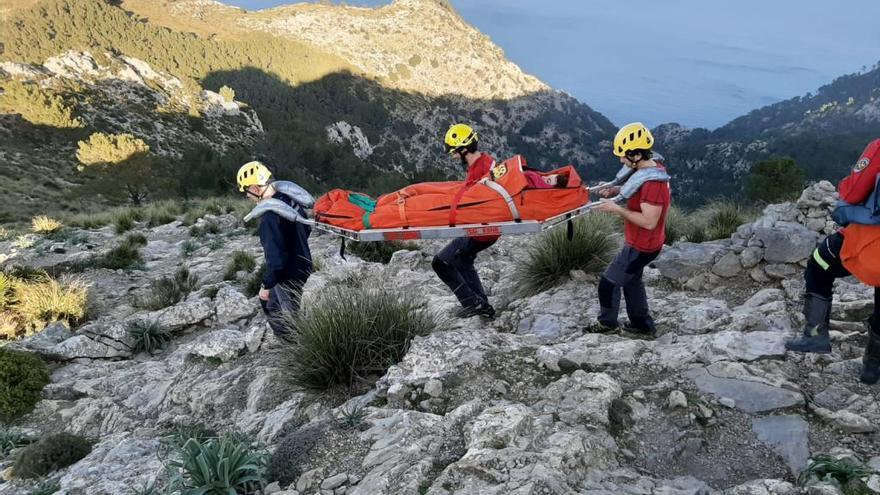 Rescata a una excursionista con un fuerte golpe en el hombro en Alcúdia