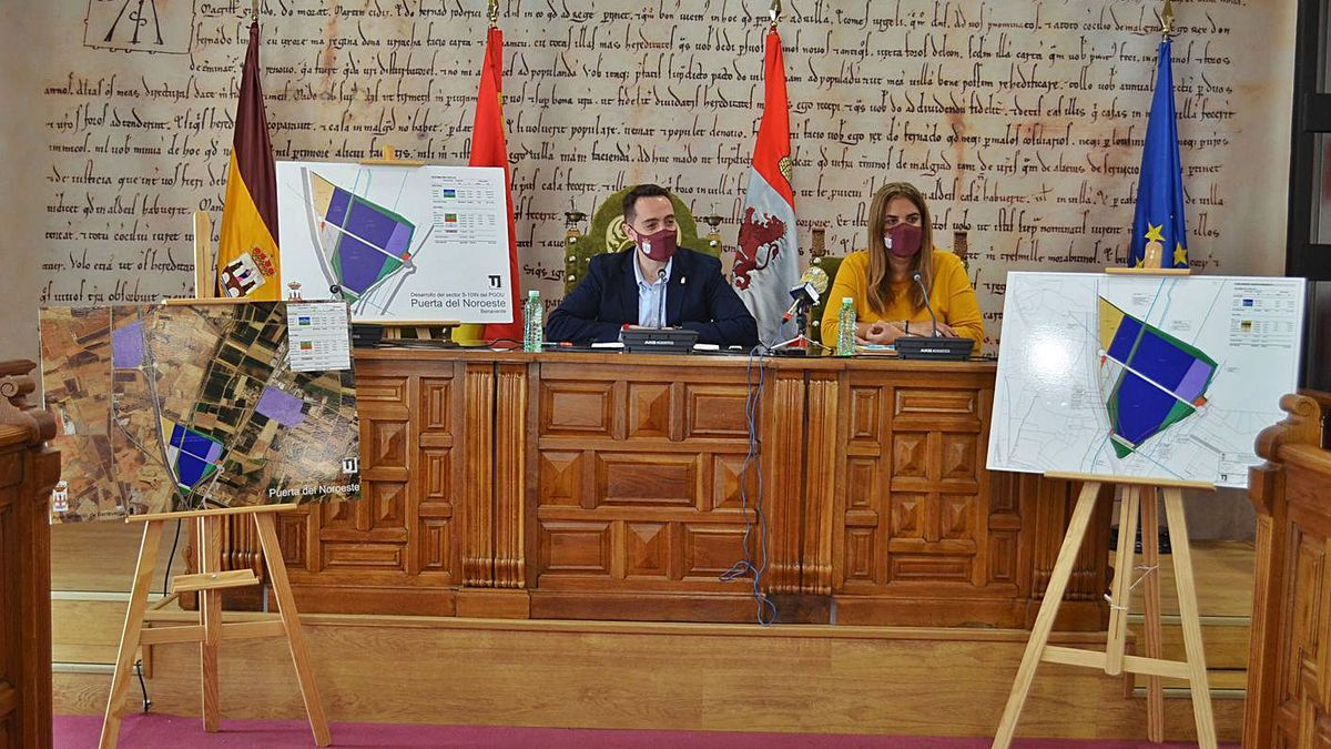 El alcalde, Luciano Huerga, y la edil de Urbanismo, Sandra Veleda, con los planes del Puerta del Noroeste. | E. P.