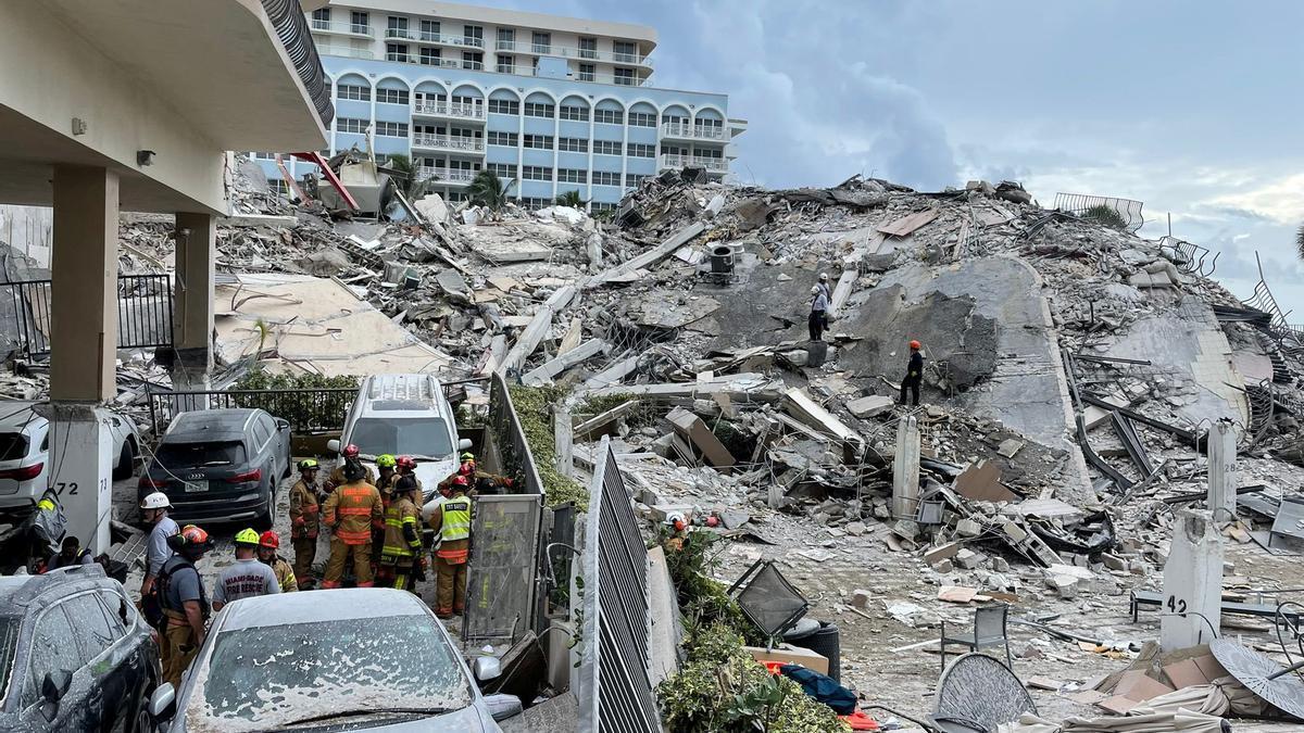 Los equipos de emergencias continúan trabajando en la zona del derrumbe