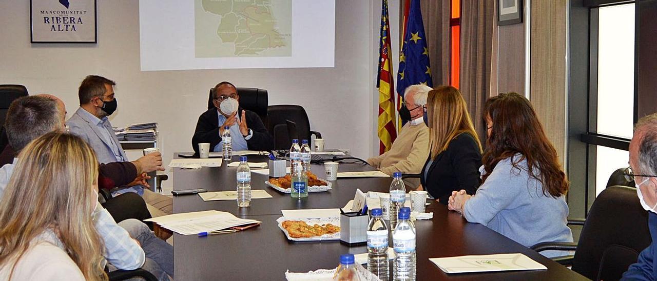 Los representantes de las tres mancomunidades, ayer, en Alzira. | LEVANTE-EMV