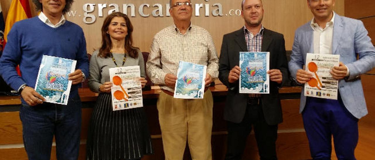 Juan Ramón Martín e Inés Miranda, a la izquierda, junto a Carlos Álamo y los organizadores, ayer en el Cabildo.