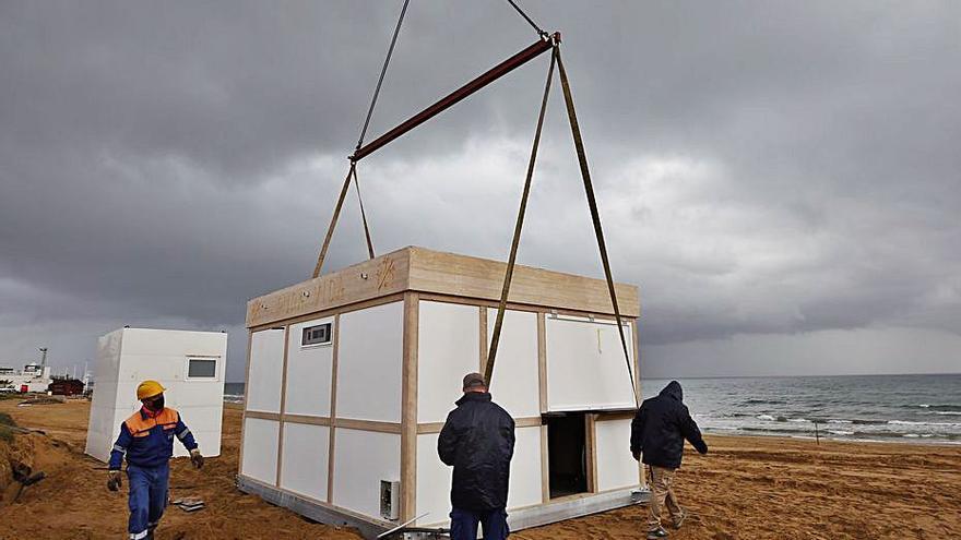Torrevieja comienza a instalar los nuevos chiringuitos de las playas